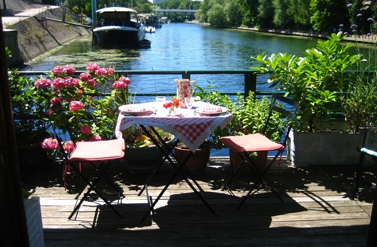 HOUSEBOAT ON SEINE in PARIS LEVALLOIS, France   B&B Rental