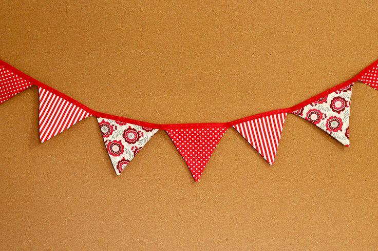 Presentes e Mimos - Bandeirinhas de tecido - Vermelho -  {Pronta-entrega} - faixa com aproximadamente 1,40 m - 10 bandeirinhas de tecido com fino acabamento - cada bandeirinha mede aproximadamente 12 cm x 12 cm - www.tuty.com.br #tuty #presentes #mimos #bandeirinhas #tecido