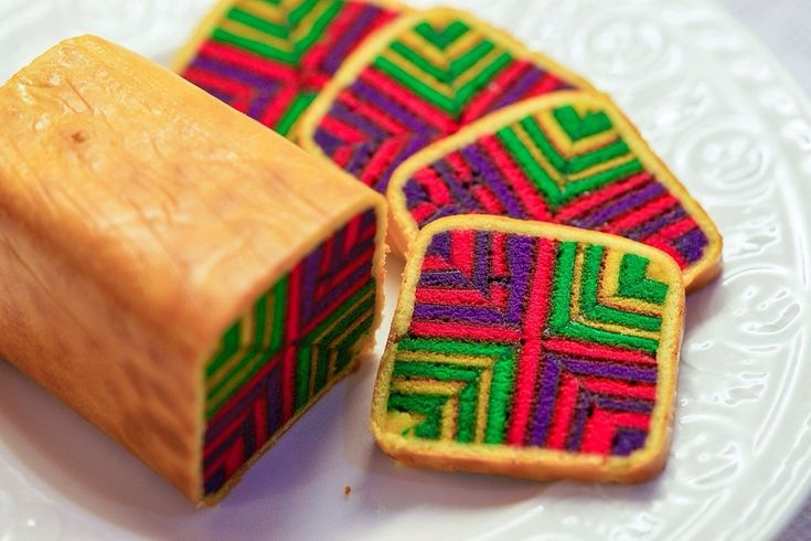 Skilled and experienced bakers can create Sarawak kek lapis with many colourful patterns that run all the way through the cake. Because of the time and effort it takes to make one, the more elaborate designs can be quite expensive – but are perfect for impressing during special occasions.
