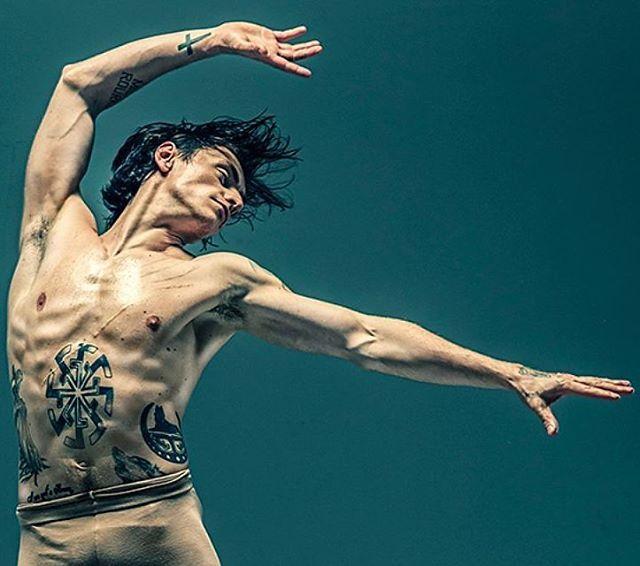 Его называют рок-звездой билета и плохим мальчиком. На выступления Сергея Полунина покупали билеты за два года, лишь бы увидеть его невероятные прыжки. #Танцовщик рассказывает о цене успеха знаменитого украинца, который стал самым молодым премьером Королевского балета в Лондоне. К 20-ти годам он достиг того, чего люди добиваются всю жизнь. Но попросту не знал, что с этим делать дальше #танцівник #dancer  @lena_makaeva