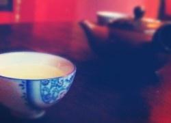 Czy herbata długo parzona jest mocniejsza? Herbata dłużej parzona nie jest mocniejsza, jeśli pod uwagę weźmiemy ilość kofeiny (czy teiny, jak kto woli) w gotowym herbacianym naparze. No dobrze, ale przecież herbata długo parzona jest goryczkowa a nasze babcie od zawsze ostrzegały: wyciągnij już torebkę z herbatą, bo będzie za mocna! Podczas długiego parzenia herbaty...