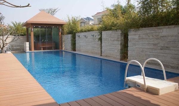 Wpc teraszburkolat a medence körül.