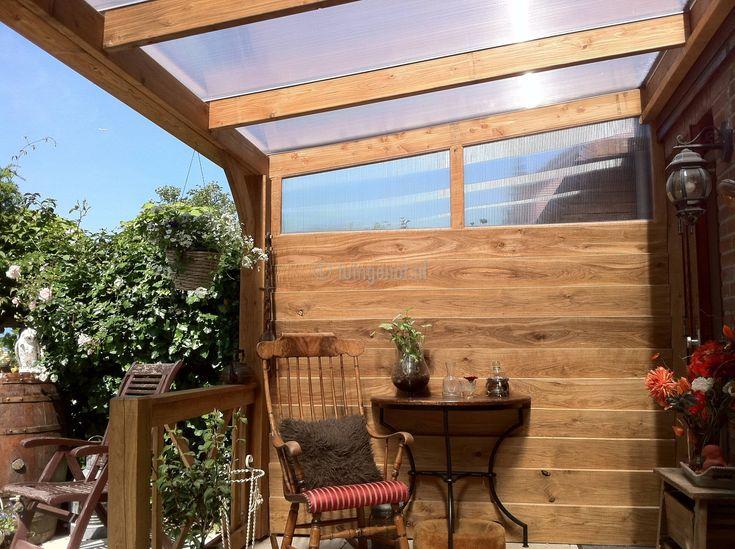 41. Eiken houten veranda met glazen dak en balustrades vanuit binnen gezien