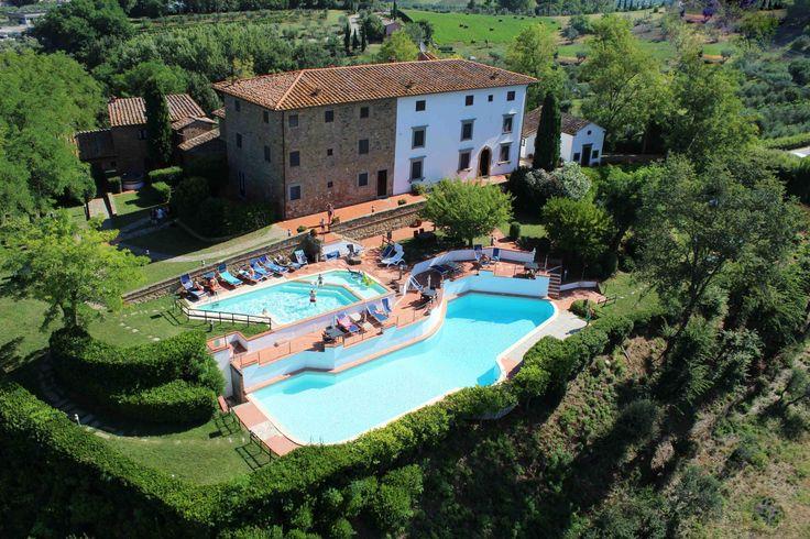 Borgo Le Rocche is een historische accommodatie en bestaat uit 15 appartementen gelegen in een groene oase met 2 mooie zwembaden in Montaione, Florence - Italië.