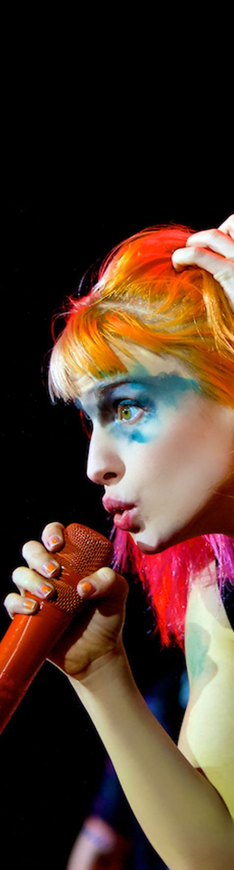 Haha this is such a cool photo of Hayley