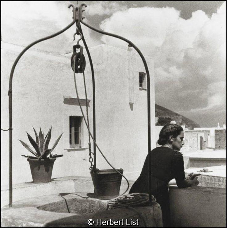 Herbert List Ελλάδα, γυναίκα δίπλα σε πηγάδι, 1937