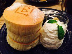 原宿のバーンサイドストリートカフェによく行きます( elkっていう関西で人気のパンケーキ店の姉妹店で生地が厚いスフレパンケーキが人気 時間をかけてじっくり焼いたパンケーキは絶品(ˊᗜˋ)و これだけボリュームがあるけどペロリとイケちゃいます  #原宿 #カフェ #パンケーキ tags[東京都]