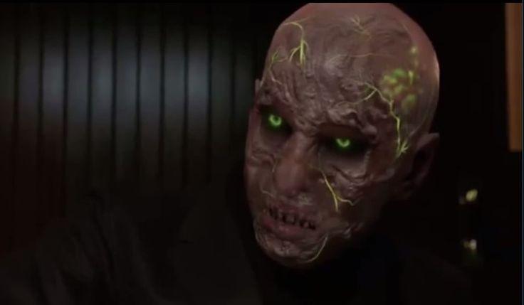"""Koschie es un Wesen radiactivo como un esqueleto que apareció por primera vez en la """"amenaza roja"""". Cuando se transforma (Woge), el Koschie ganar una mirando casi enfermizo. La esclerótica de los ojos es de color negro, mientras que el iris es un verde radiactivo. Bajo su piel translúcida son las venas, y el cráneo, porciones de masa cerebral que brillan en el mismo tono de verde. Lo que hace aún más su aspecto enfermizo son los dientes podridos y su falta de pelo"""