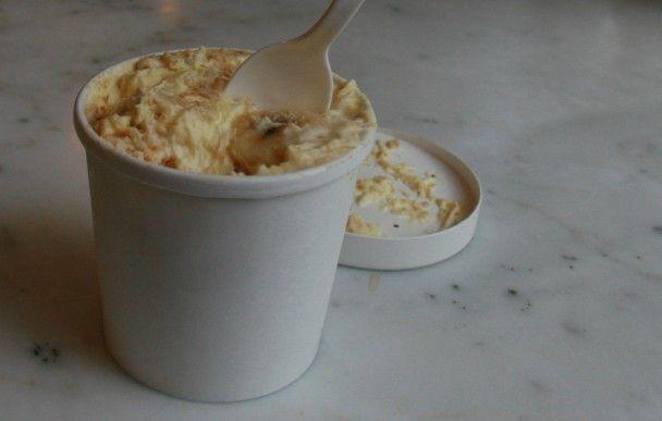 Pudim de Banana da Magnolia Bakery  Ingredientes 1  lata de leite condensado 1 1/2 copos de água gelada 1 pacote de pudim de baunilha  3 copos de creme de leite 1 pacote de bolacha champagne. 4 copos de bananas maduras cortadas em rodelas Modo de Fazer Bata em velocidade média o leite condensado e a água até que estejam bem misturados. Adicione o pó do pudim e bata mais dois minutos. Leve a geladeira por 3 h, Bata o creme de leite e coloque a mistura do pudim. Monte como pavê, geladeira por…