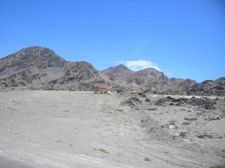 Cielo azul sin límite en el desierto de Antofagasta. // Limitless blue sky in the Antofagastan desert. (II Región)