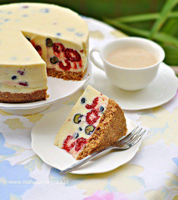 Sernik z białą czekoladą i owocami jagodowymi