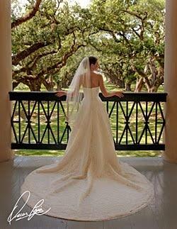 oak alley balcony+wedding dress=perfection  Love Oak Alley!