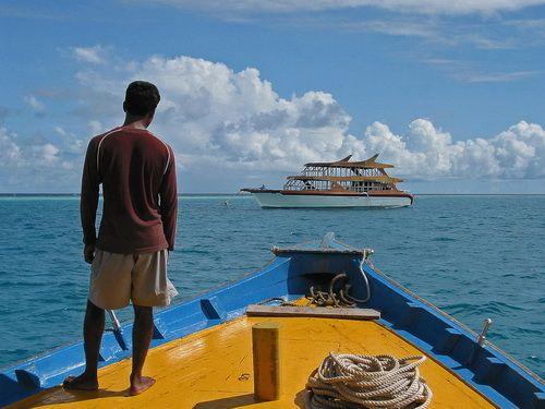 Azul por todo o lado nas Maldivas. Este guia de viagem vai levá-lo lá.