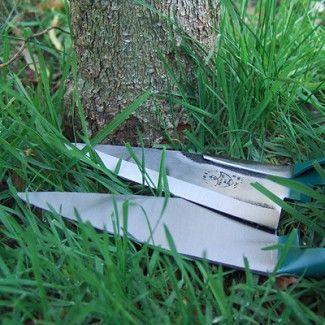 Ideale buxusschaar met enkele veer voor kleine handen. Geschikt voor buxus en graskanten.   Het staal behoort tot de hardste onder de gereedschappen en staat garant voor een leven lang knipplezier. U gebruikt uw hele hand bij het knippen, zodat u niet twee of drie vingers (over)belast.