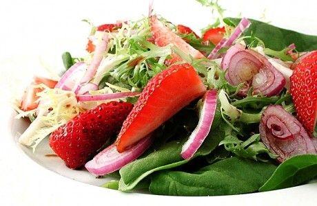 Salada light de espinafre com morango | Panelinha - Receitas que funcionam