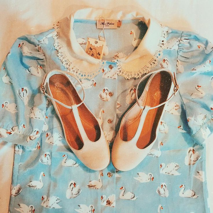 """Noelle Downing en Instagram: """"I can't wait to wear this adorable @misspatina swan print top! It's so sweet, especially with these @seychellesshoes """""""