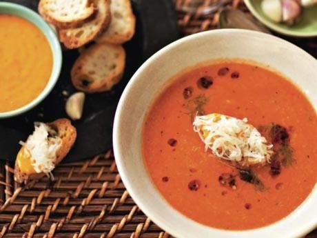 Recept på provensalsk fisksoppa med krutonger och rouille. Be att få med fiskskrov när ni köper fisken. I annat fall kan man tillsätta en extra kapsel fiskfond. Blir det Rouille över håller den en dryg en vecka i kyl.