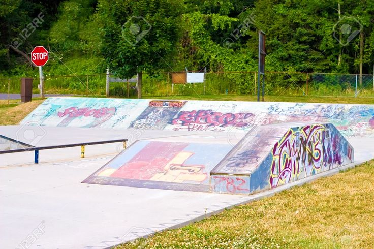 1364960-Grunge-and-Graffiti-spary-painted-on-concrete-in-a-skate-park-Stock-Photo.jpg (1300×866)