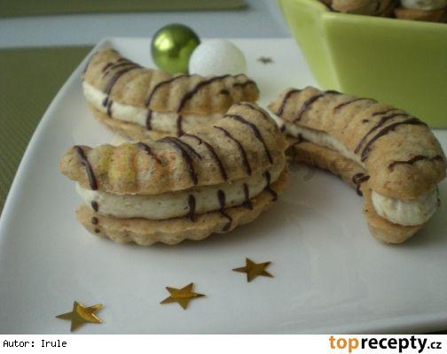 Slepované vlašské rohlíčky 280 g hlad mouky 80 g moučk cukru 40 g kakaa 180 g másla 1 vejce 1/2 KL ml skořice 100 g vlašs ořechů Náplň: 300 ml mléka 1 vanil puding 150 g krupic cukru 150 g másla 100 g mlet vlašs ořechů čokolád poleva Ze surovin vypracujeme těsto, hodinu odpočinout, vtlačíme do formiček, pečeme při 180°i 12 min (hlídáme). Vyklopíme,  vychladnout. Polovinu rohlíčků potřeme krémem a slepíme zbylými rohlíčky. Postříkáme čokoládovou polevou.