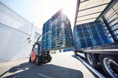CHEP Romania intra pe piata serviciilor logistice din industria de lactate // CHEP Romania isi anunta intrarea pe piata serviciilor logistice din industria lactatelor, ca partener al DELACO, unul dintre principalii jucatori de pe acest segment. Furnizorul de solutii logistice va prelua administrarea operatiunilor cu paleti, aferente activitatii de distributie, prin implementarea serviciului de reutilizare prin inchiriere a paletilor. ...