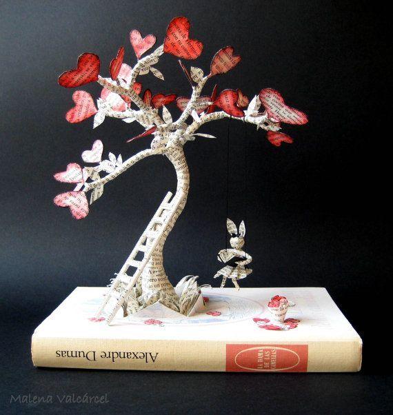 Diese Buch-Skulptur stellt Liebe aus der Erde und ein Baum blüht mit Liebe.    Es ist perfekt für Valentine´s Tag oder als Hochzeitsgeschenk.