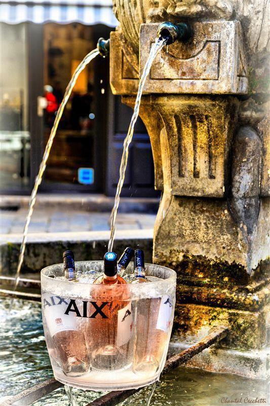 C'est bon signe, le rosé est à nouveau au frais dans les fontaines aixoises, ici Place des 3 Ormeaux.