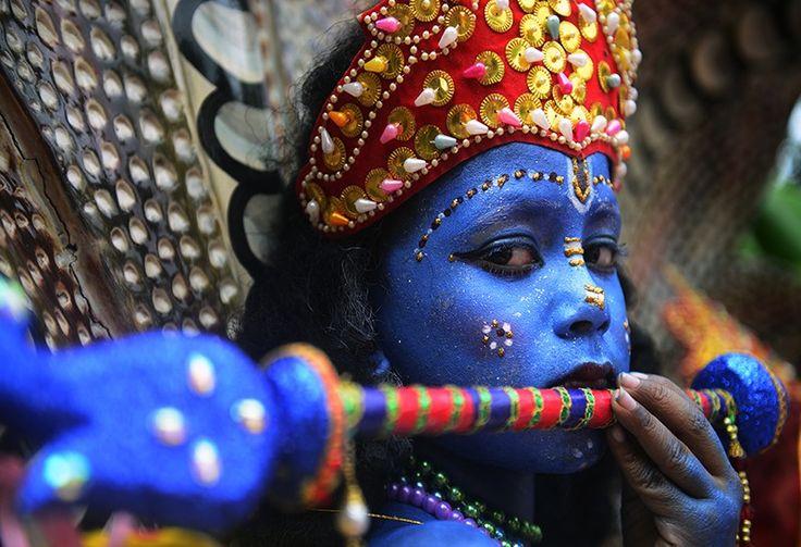 Una niña de Bangladesh hace parte de las celebraciones de Janmashtami en Dhaka.