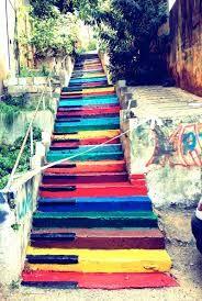 Cela représente des touches d'un piano de différentes couleurs sur des escaliers en béton. Dans cette œuvre, je voie plusieurs couleurs: du rouge, du jaune, du bleu, du orange, ect. Je voie aussi du noir pour les touches noires du piano. La technique utilisé est la peinture. En voyant ce drôle d'escalier, j'ai ressenti de la nostalgie car au primaire, je fesait du piano et je peut dire que cela me manque un peu. Par contre, je ressent aussi de la joie car les couleures sont éclatantes et…