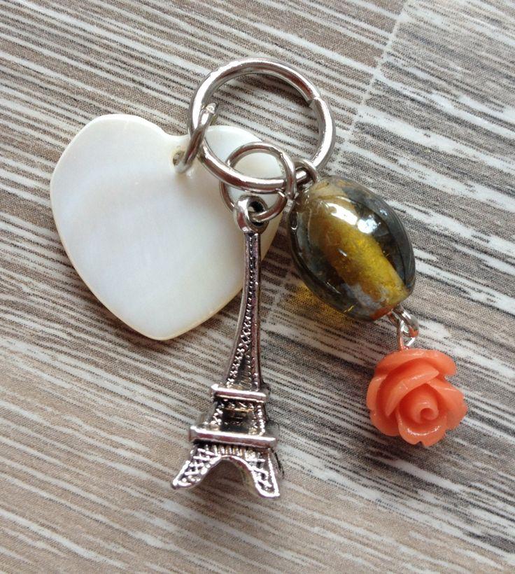 Bedel voor aan ketting van een schelp hartje (opaal wit), metalen Eiffeltoren, goud/gele glaskraal en een peach-kleurig roosje. Te koop bij JuudsBoetiek voor €2,50. Wil je er een ketting bij? Vraag naar de mogelijkheden! Bestellen kan via juudsboetiek@gmail.com. #Eiffeltoren #roosje #schelp