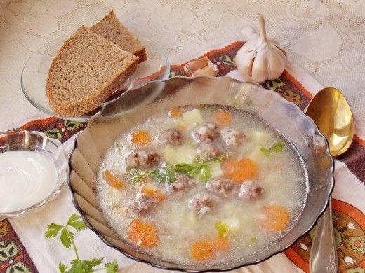 Суп с фрикадельками  Один из лёгких, простых в приготовлении супов, который придётся по вкусу как взрослым, так и деткам, - суп с фрикадельками. Вариаций его исполнения можно придумать множество — я предлагаю Вам приготовить рисовый суп с фрикадельками из мяса: сытное, притом почти диетическое блюдо.