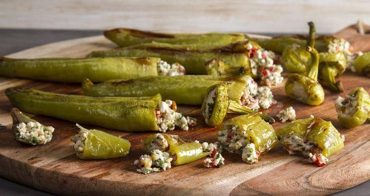 Γεμιστές πιπεριές με φέτα και κουκουνάρι από τον Άκη Πετρετζίκη. Νόστιμο και εύκολο ορεκτικό, πιπεριές γεμιστές με τυρί που μπορείτε να συνοδέψετε το γεύμα σας