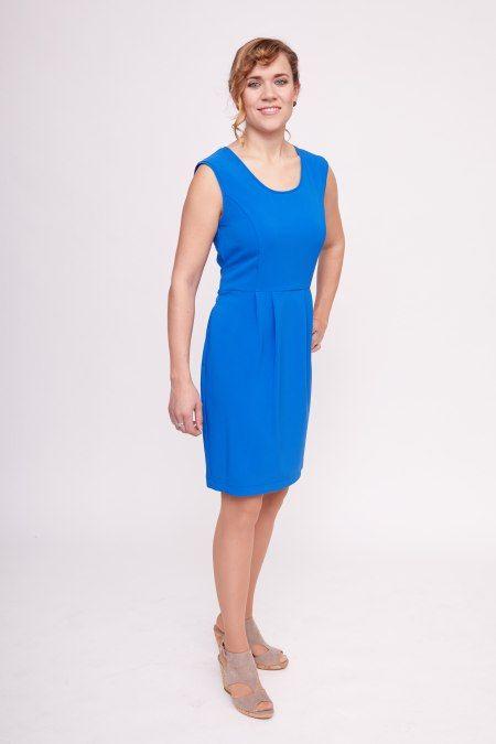 Dit kobaltblauwe jurkje van Cristina Gavioli heeft een ceintuur wat verwerkt zit in de stof. Het ceintuur is echter zo gemaakt dathet zowel aan de voorkant als aan de achterkant geknoopt of gestrikt kan worden. Het jurkje heeft een strak lijfje en een rok dieplooiend uitloopt vanaf de heupen. Het jurkje is mouwloos, heeft een voering in het bovenstukje en een blinde rits aan de achterkantmet een zilveren ring als speelse sluiting.  Let op! Dit jurkje is uitgevoerd in Italiaanse maten…
