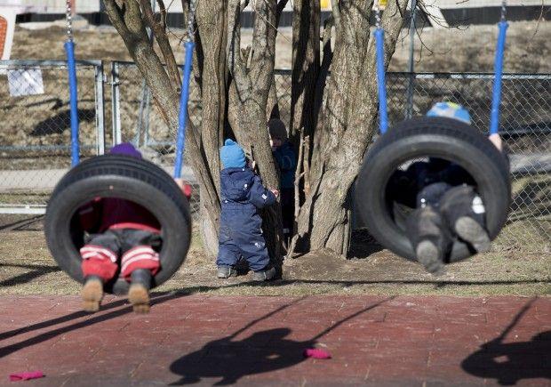 Barnehagegutter bråker og bygger lego, men tar seg gjerne en tur i dokkekroken også. Jentene holder seg til «jenteting».