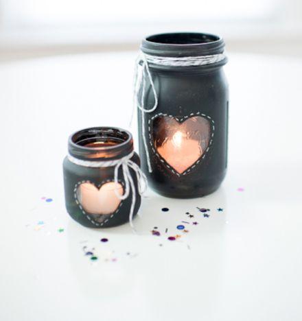 La de ideas que salen del tarro. 10 maneras diferentes de reusar un bote de cristal. Tutorial: http://www.heartloveweddings.com/2013/06/diy-chalkboard-mason-jar-candle-centerpiece/