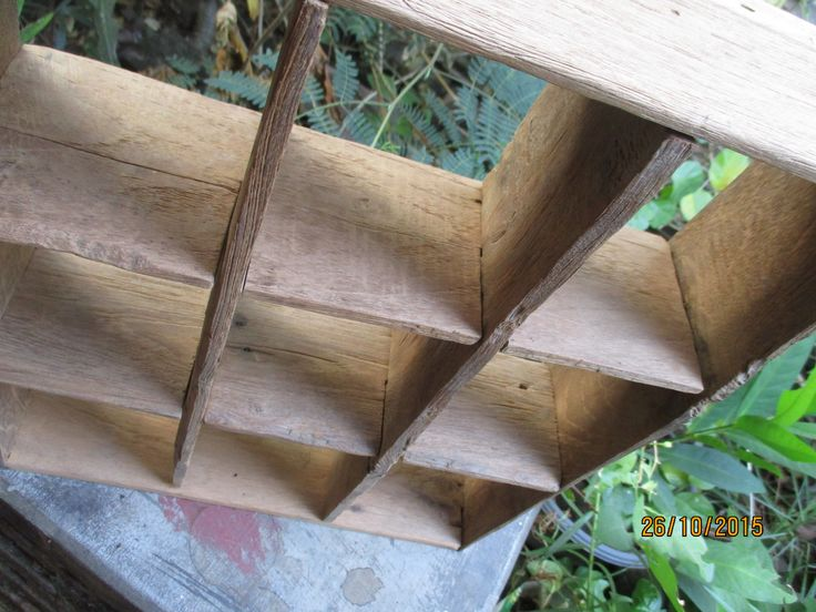 rustic finishing rak simple dari kayu jati tuaaaaaaaa ..... panjang x tebal x tinggi 34 x 9.5 x 40 cm   cucok buat pajangan & majang yg unik .... mungil ..... langsung aja inbox  Ardi 0812.2284.470 Cahya 0813.9372.1843 www.lawasanhouseofvintage.wordpress.com Facebook : La Wasan
