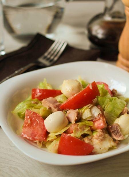 1 кочан салата айсберг (около 200-300 г) 200-250 г моцареллы 1-2 спелых помидора среднего размера 130 г консервированного тунца (в собственном соку или в масле - не важно)  Для заправки:  4 ст.л. оливкового масла 1 ст.л. дижонской горчицы 2 ст.л. белого винного или яблочного уксуса 1 крупный зубчик чеснока (или 2 маленьких) соль и перец по вкусу