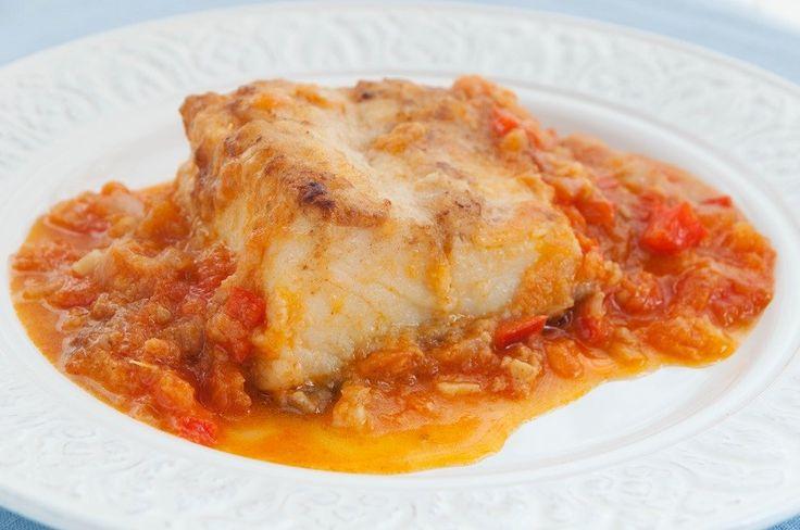 Receta de bacalao con tomate http://www.recetasderechupete.com/receta-de-bacalao-con-tomate/16218/ Guisadito en una estupenda salsa de tomate casera, para chuparse los dedos. Como ocurre con todas las recetas tradicionales hay muchas formas de preparar este plato de bacalao con tomate, yo os aconsejo la receta de mi madre que siempre triunfa.