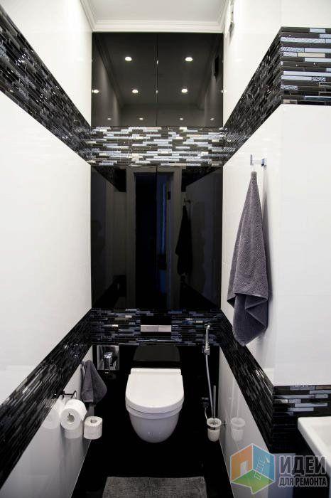 Маленький черно-белый санузел, унитаз и гигиенический душ