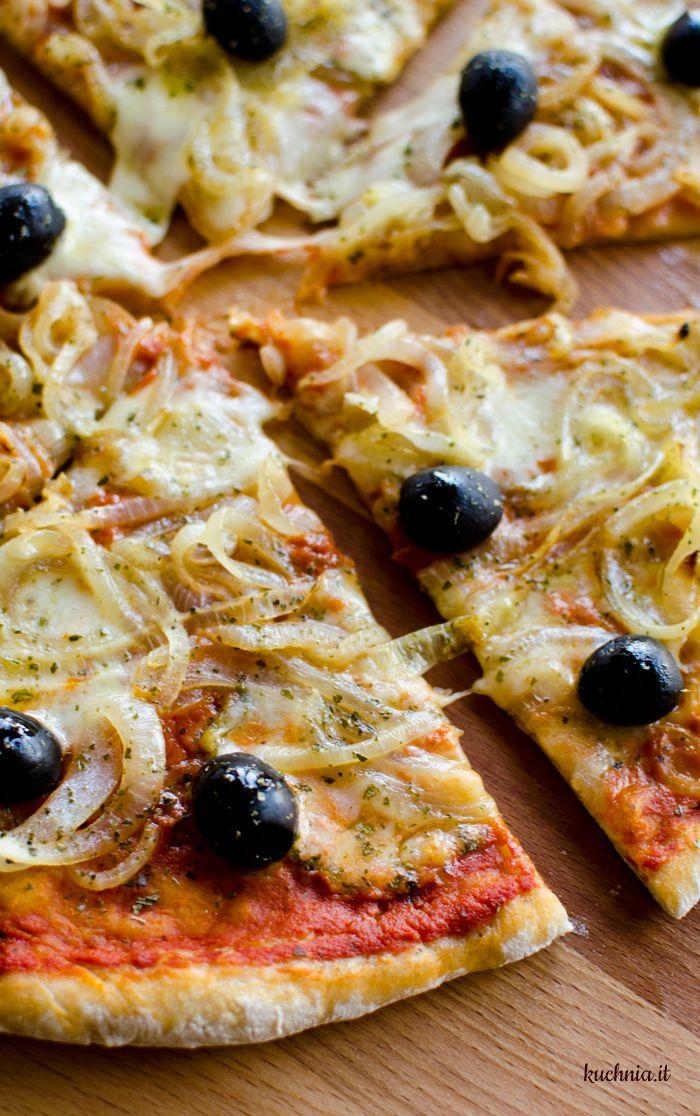 Pizza z duszoną cebulą i czarnymi oliwkami