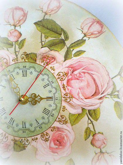 Купить или заказать Часы настенные декупаж Английские Розы в интернет-магазине на Ярмарке Мастеров. Часы настенные «Английские розы» подойдут для комнаты романтичной особы, любящей окружать себя красивыми вещами нежных пастельных оттенков. Прекрасные розовые розы расцвели на нежно зеленом фоне часов и, так и притягивают взгляд своей свежестью. Часы настенные декорированы в технике декупаж. Вокруг циферблата выполнена роспись контуром цветом античное золото.