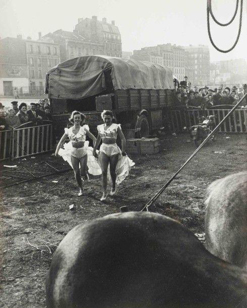 Vermot et Associés, Paris Willy RONIS (1910-2009) Le zoo-circus d'Achille Zavatta, Paris, 1949 Tirage argentique vers 1970, tampon, titré et daté au crayon au dos 29,8 x 23,8 cm Bibliographie: - J.C Gautrand… - Symev - 26/03/2015