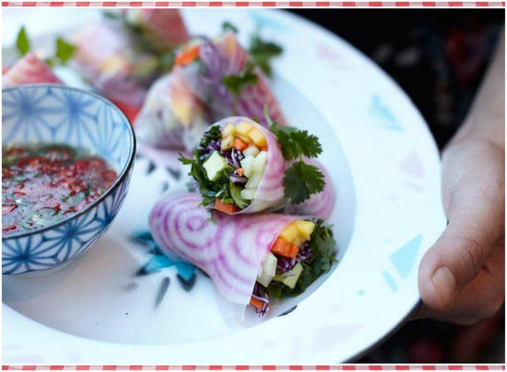 Rollos de primavera vietnamitas con salsa de inmersión Característica más sabrosa y más bella en un delicioso buffet! rollitos de primavera frescos llenos