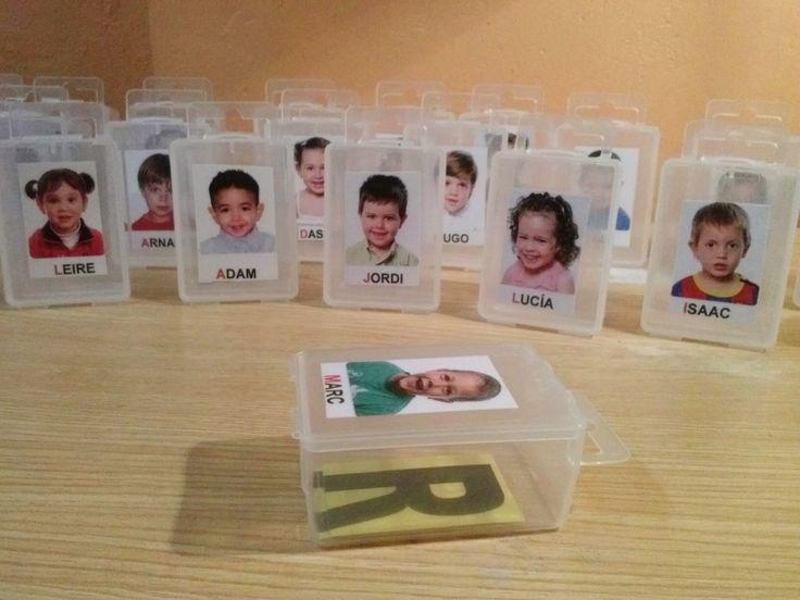 Aviat començarem a confegir els noms dels nens i nenes de P3. Tenim unes capsetes amb la foto de cada alumne/a on podrem guardar les lletres...