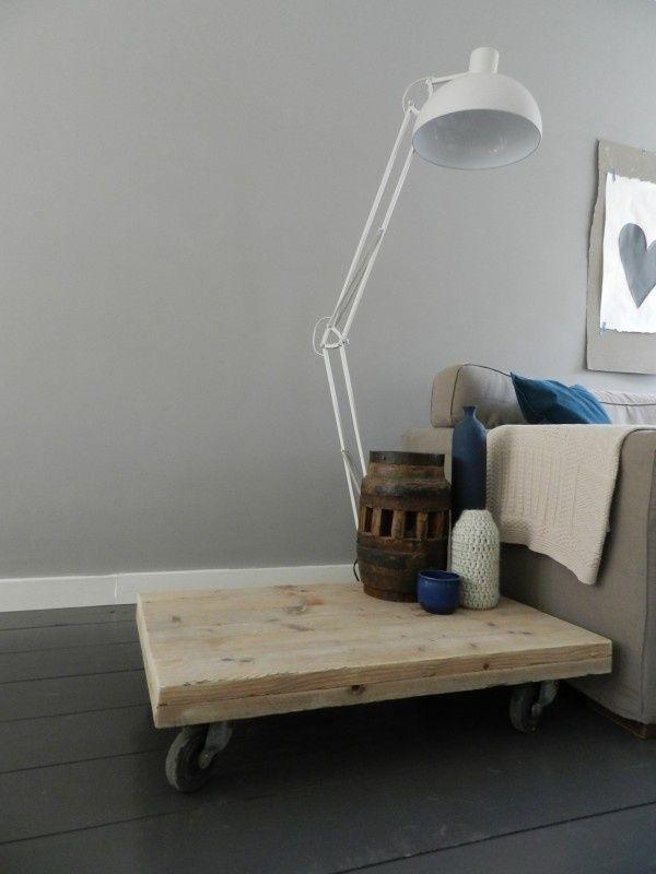 Stoere salontafel van authentiek gebruikt steigerhout op ;wieltjes. Ook leuk te gebruiken als bijzettafel of als tvmeubel.
