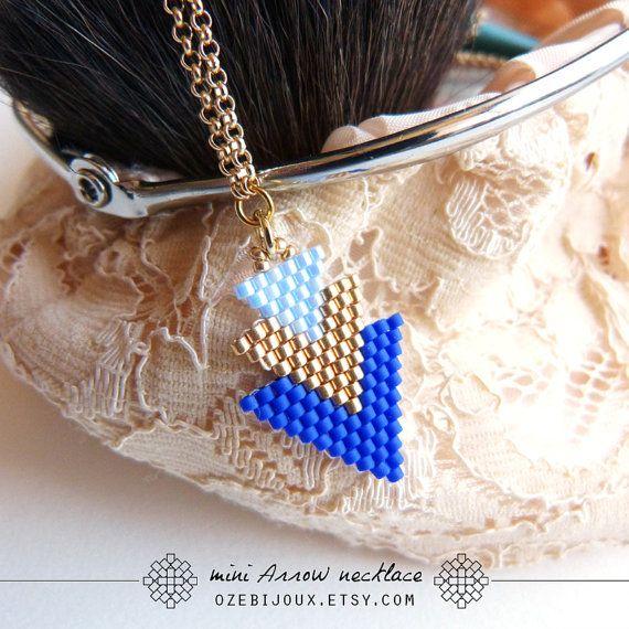 Collier mini Arrow en perles tissées tons bleus ciel par OzeBijoux