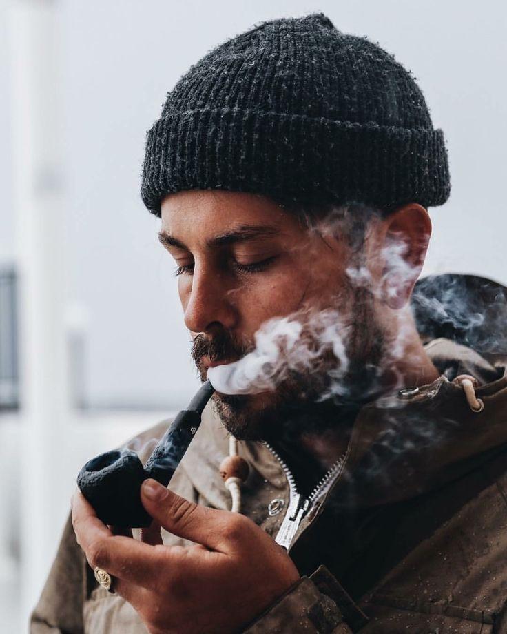 Мужчина с трубкой картинка