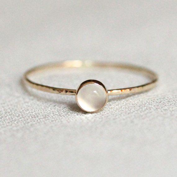 Weißer Mondstein Stapelring – SOLID 14k Gold – natürliche Mondstein – Lünette Einstellung und gehämmert Band – Katze Auge – einfache zierlich – zart