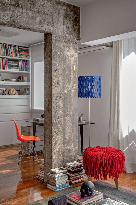 Reforma no apartamento abriu espaço para os livros do morador - Casa