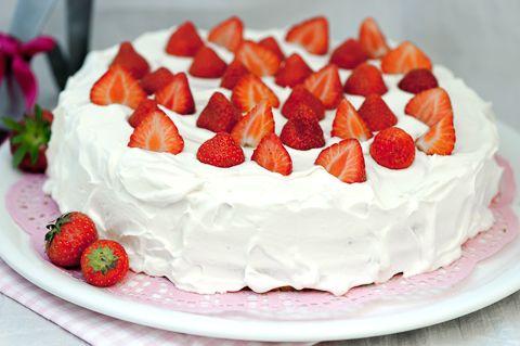 Sitruuna-mansikkakakku. Kesän ensimmäistä mansikkakakkua ei voita mikään! Tämä ohje riittää isommallekin vierasmäärälle. Voit halutessasi puolittaa ohjeen ja valmistaa kakun halkaisijaltaan noin 24 cm kakkuvuokaan.