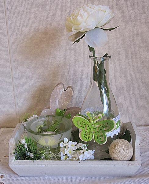 Tischgesteck in grün, weiß , auf kleinem weißen Tablett  Shabby, Landhaus